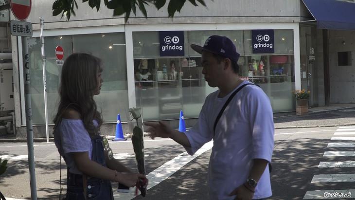 """「モシモノふたり~タレントが""""おためし同居生活""""してみました~」で藤田ニコル(左)に一輪の白いバラをプレゼントするトレンディエンジェル斎藤(右)。"""