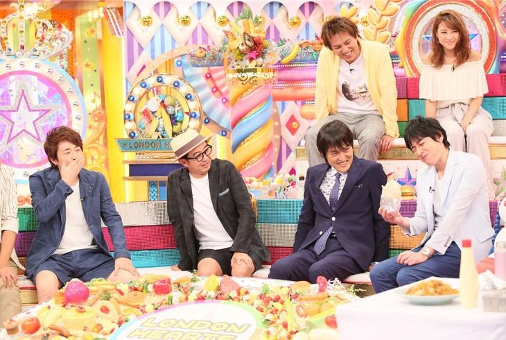 「金曜★ロンドンハーツ」で、女性芸人たちの食事を試して苦悩する博多大吉(手前右端)。(c)テレビ朝日