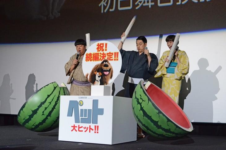 巨大スイカ割りを行うバナナマンと佐藤栞里。