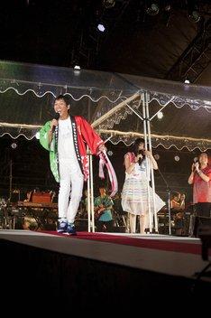 いきものがかりの10周年記念ライブにサプライズ出演した明石家さんま(左)。