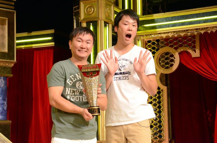 「歌ネタ王2016」優勝者のかまいたち。