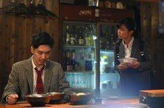 「テッペン!水ドラ!!コック警部の晩餐会」に出演する(左から)柄本佑、小島瑠璃子。(c)TBS