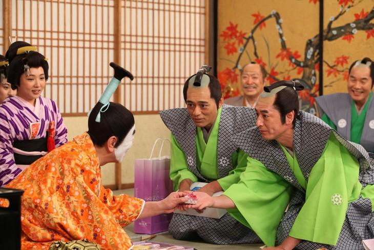 「志村けんのバカ殿様」に出演する博多華丸・大吉(手前右)。(c)フジテレビ