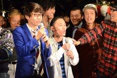 エンディングでステージ前方に引っ張り出された三四郎・小宮とカミナリ石田。