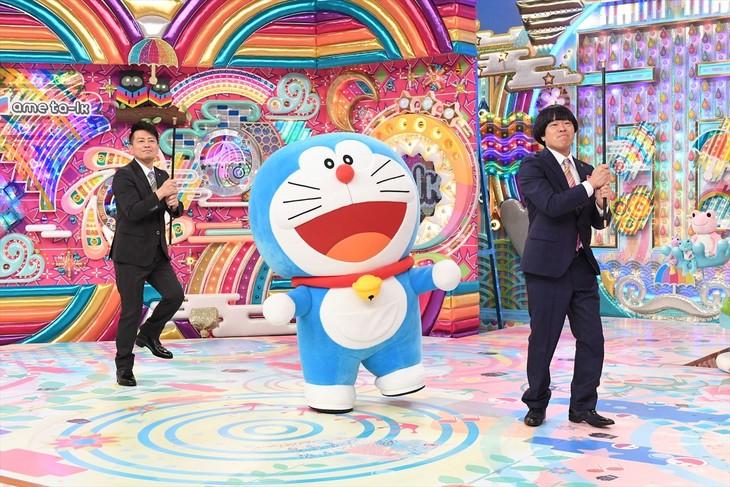 「ドラえもん」のミニコーナー「びっくりラッキーマンボ!」でダンスを踊る、ドラえもんと雨上がり決死隊。(c)藤子プロ・小学館・テレビ朝日・シンエイ・ADK