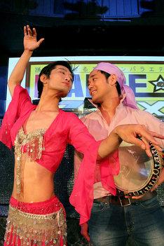 「DANCEのススメ~踊りたくなるプレゼンバラエティ~」でベリーダンスをプレゼンするマッハスピード豪速球。(c)名古屋テレビネクスト