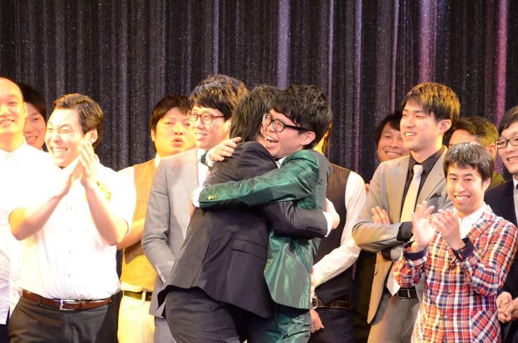 抱き合って喜ぶ囲碁将棋・文田とヤーレンズ出井。