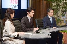 ネプチューン原田演じるニュースキャスター・鹿島吾郎(中央)。(c)NHK