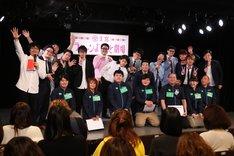 """「めざせ!Famiポート チケット販売枚数NO.1」の""""応援店舗ドラフト会議""""に出席した大宮セブンのメンバーとファミリーマートの店長たち。"""