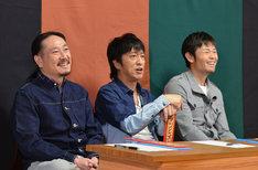 審査員の(左から)笑い飯・西田、ブラックマヨネーズ吉田、品川庄司・品川。(c)読売テレビ
