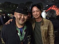 左から、安田大サーカスHIRO、椎名桔平。