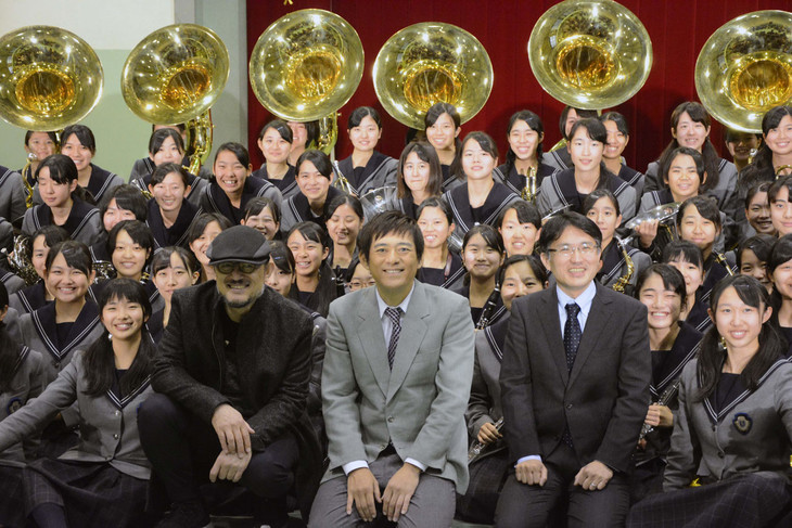 手前左からG2、博多華丸、吹奏楽部顧問の櫻内教昭氏。