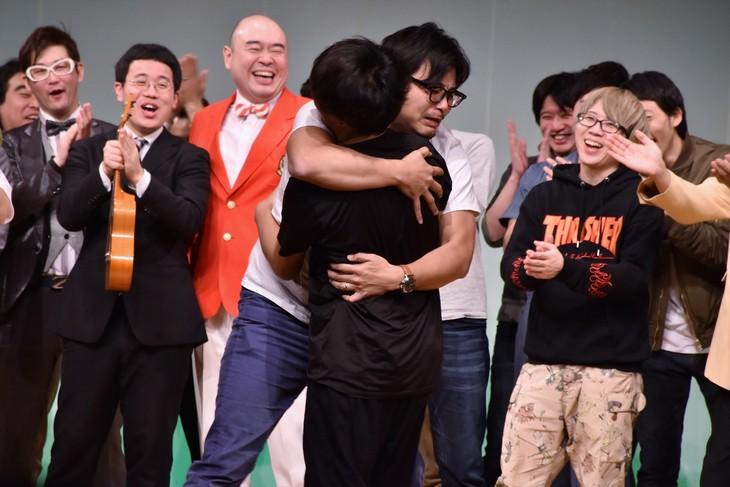 太田プロライブ「月笑」の年間チャンピオンとなり、抱擁するアルコ&ピース(中央)。