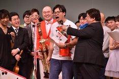 「太田プロの芸人たち、みんなの優勝じゃないかって思うんですよ!」と叫ぶアルコ&ピース平子(中央)。