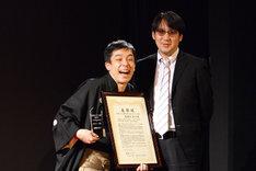 「渋谷らくご2016 大賞」を受賞した春風亭昇々(左)とサンキュータツオ(右)。