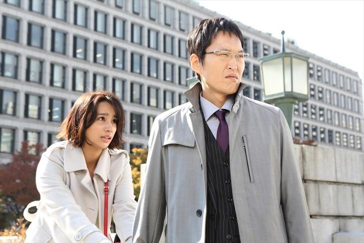 「新・ミナミの帝王~命の値段~」に出演する千原ジュニア、高橋メアリージュン(左)。(c)関西テレビ