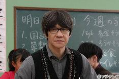 内村光良が出演する「パパは55歳」のワンシーン。