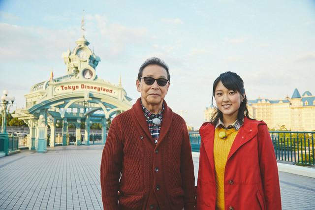 東京ディズニーランドを訪れるタモリと近江友里恵アナウンサー。(c)NHK