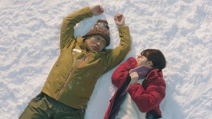 ダウンタウン松本が出演するタウンワーク新CM「雪国編」のワンシーン。