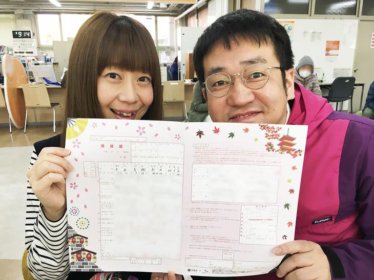 結婚した梅小鉢・高田(左)となすなかにし中西(右)。