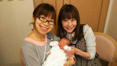 男児を出産した梅小鉢・小森(左)と相方の高田(右)。