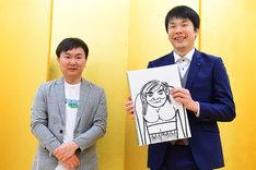 かまいたち山内の結婚会見の様子。相方・濱家(右)が手に持っているのは濱家が描いたお相手の似顔絵。