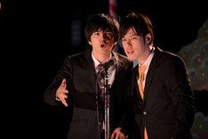ドラマ「火花」で漫才コンビを演じる林遣都(左)と井下好井・好井(右)。(c)NHK