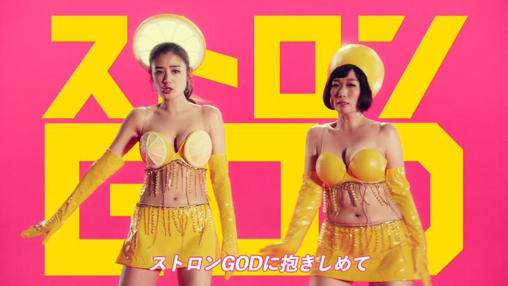 「果汁と果実まるGOD!!」のミュージックビデオのワンシーン。