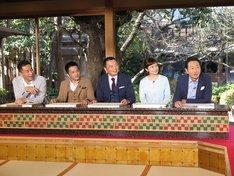 左から石田靖、中川家、斉藤雪乃、三田村邦彦。(c)テレビ大阪