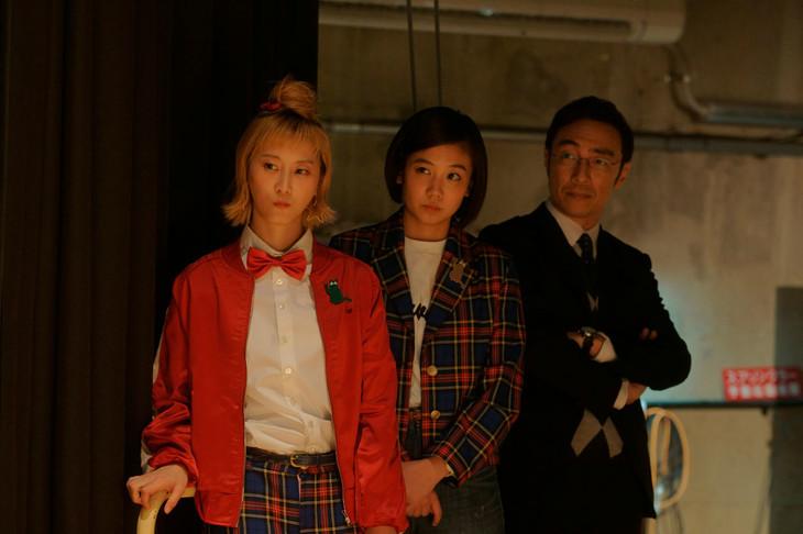 松井玲奈、清水富美加(左から)扮するアカコとヒトミ、東京03角田扮する永吉マネージャー。
