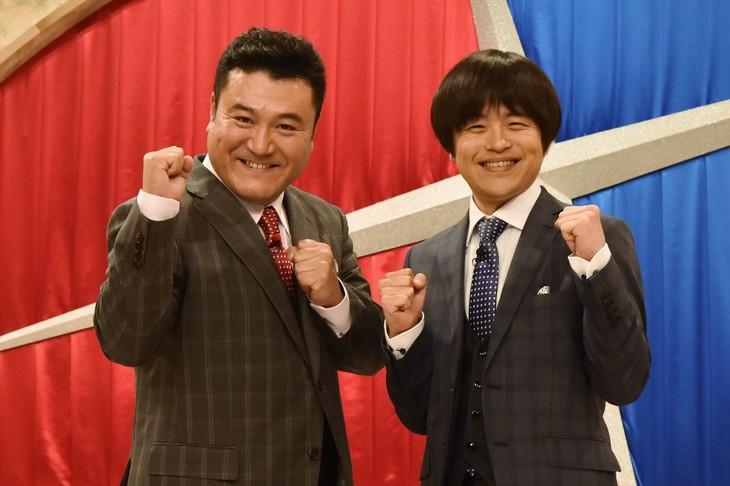 「笑×演」MCの(左から)アンタッチャブル山崎、バカリズム。
