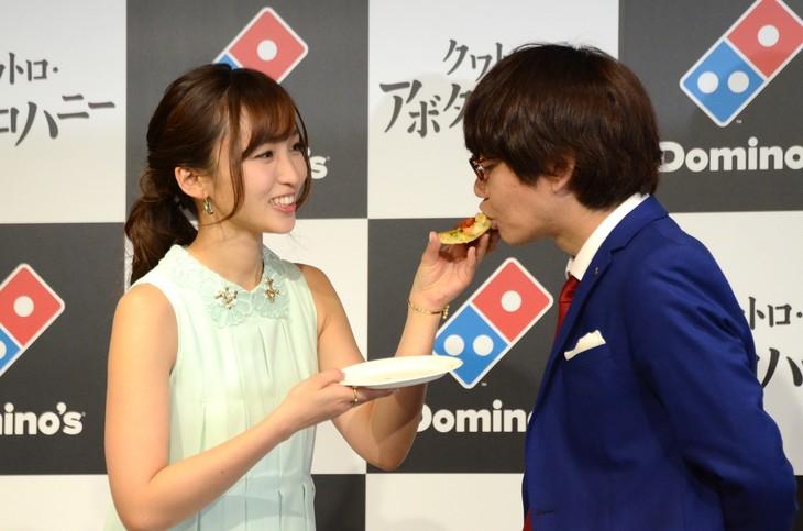 吉木りさ(左)にピザを食べさせてもらう三四郎・小宮(右)。