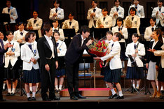 宮崎香蓮に花束を渡す博多大吉(手前中央)。