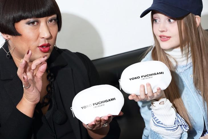 自身のブランド「YOKO FUCHIGAMI IGIRISU」のポーチを持つYOKO FUCHIGAMI(左)。