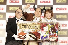 「CHOCOPIE 晩餐会の館」オープニングイベントに出演した(左から)トレンディエンジェル、鈴木奈々。