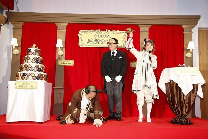 チョコパイのドレスアップ対決で鈴木奈々(右)に敗れて崩れ落ちるトレンディエンジェル斎藤(左)。
