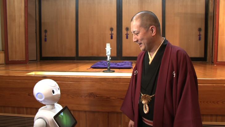家庭用人型ロボット・Pepperの「飛び出すロボ落語」を監修した春風亭一之輔(右)。