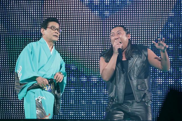 ロバート秋山扮するL.A.コブラのパフォーマンスの様子。(c)テレビ東京