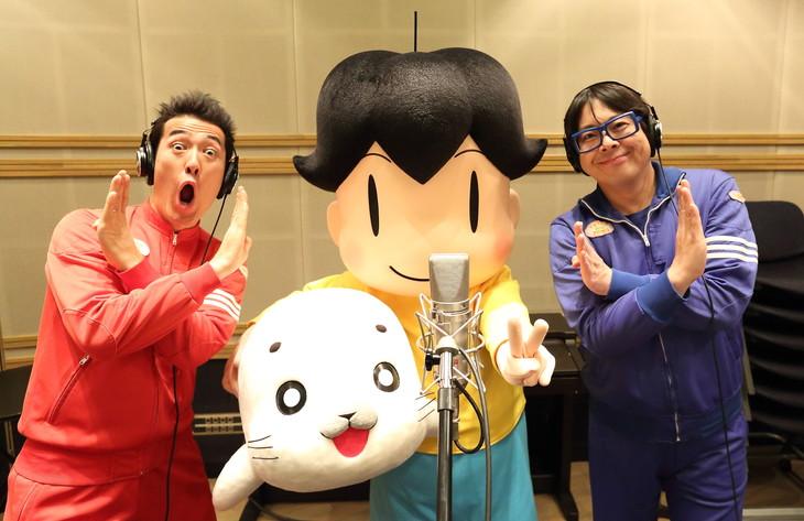 アニメ「少年アシベ GO!GO!ゴマちゃん」の主題歌「GO!GO!大好きがいっぱい」を歌うテツandトモ。(c)森下裕美・OOP / Team Goma
