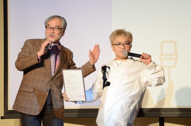 京都造形芸術大学の本間正人副学長(左)と水道橋博士(右)。