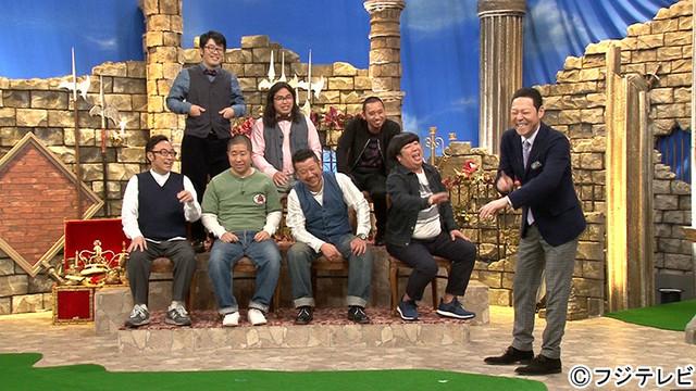 「笑いの勇者」に出演するMCの東野幸治(右端)と勇者芸人たち。