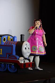 「映画 きかんしゃトーマス 走れ!世界のなかまたち」の舞台挨拶に出席した渡辺直美。