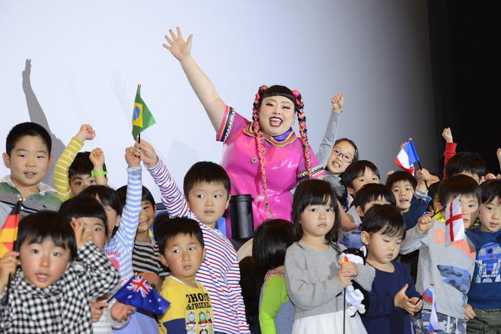 「映画 きかんしゃトーマス 走れ!世界のなかまたち」の舞台挨拶で子供たちに囲まれる渡辺直美。