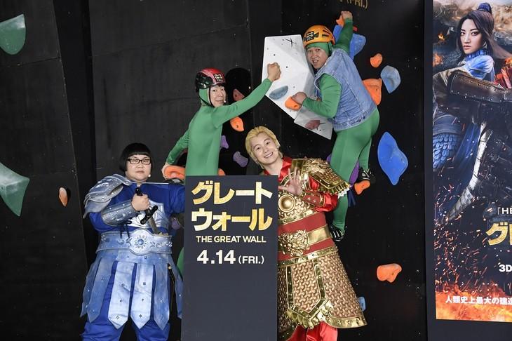 メイプル超合金と、ダンディ坂野(左から2人目)、スギちゃん(右端)。