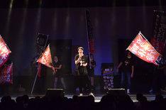 NOKKO「人魚」を歌う大倉孝二と、旗で盛り上げる出演者たち。