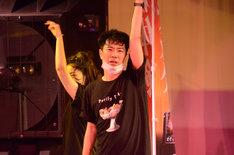 知念里奈「DO-DO FOR ME」を熱唱する藤井隆と、一緒に激しくダンスする椿(左)。