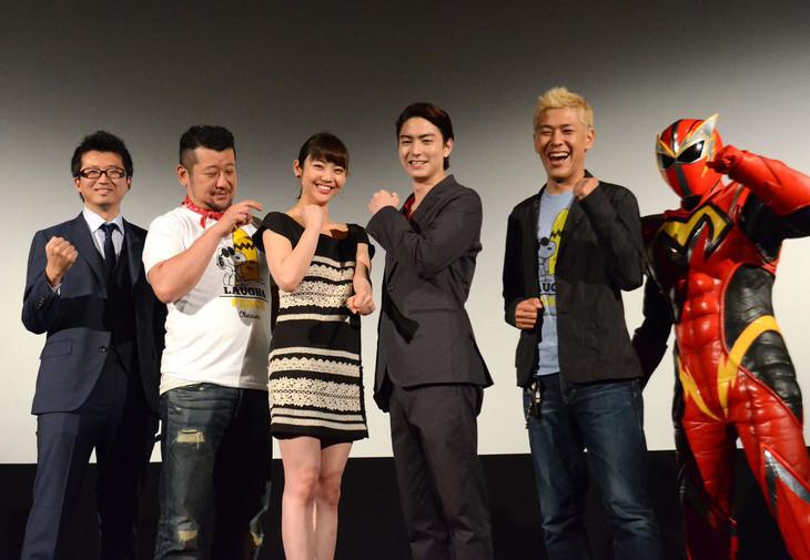 「N.Y.マックスマン」舞台挨拶の様子。左から監督の増田哲英、キャストのケンドーコバヤシ、山谷花純、稲葉友、田村亮(ロンドンブーツ1号2号)、マックスマン。