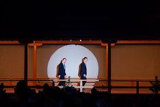舞台に登場する笑い飯。