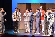大賞が発表された瞬間のゴールドハンマー(左から2人目、3人目)。