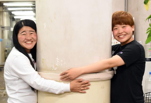 二人で柱に抱き着いて笑っている「ガンバレルーヤ」の壁紙・画像
